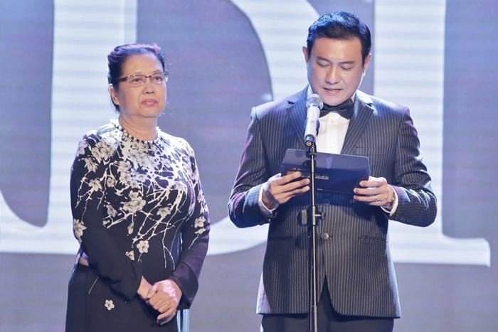Đạo diễn Hoàng Phúc chỉn chu cùng chủ tịch Hội Điện Ảnh trao giải thưởng Ngôi Sao Xanh