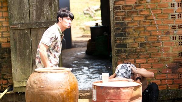 """Lật Mặt 3 - Ba Chàng Khuyết"""" tung cảnh tắm chung bá đạo của Song Luân và Kiều Minh Tuấn"""