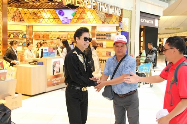 Danh ca Ngọc Sơn được người hâm mộ chào đón nồng nhiệt ở Thái Lan