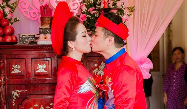 Lâm Vũ khoá môi bạn gái trong lễ đính hôn