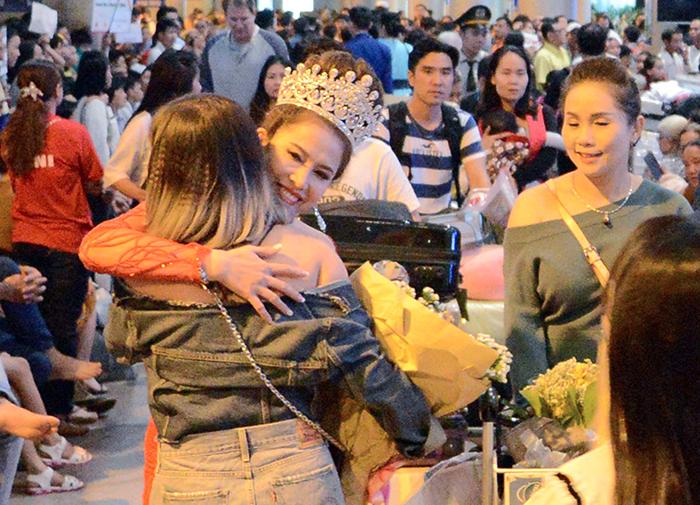 Tân Hoa hậu Hoàng Ny được fans chào đón nồng nhiệt tại sân bay