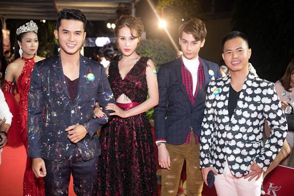 Lâm Kỳ Nguyên xinh đẹp đọ dáng cùng Nguyễn Quốc Trường Thịnh - NTK Vincent Doan - Duy Lâm trên thảm đỏ