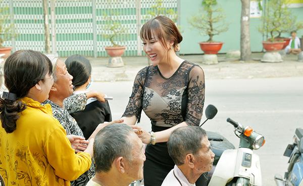 Phi Thanh Vân mang mùa xuân đến bà con nghèo ở quận 12