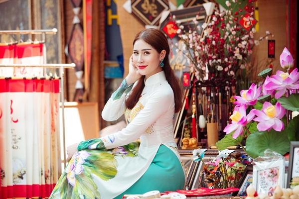 Á hậu Việt diện áo dài du xuân, tâm sự Tết xa nhà