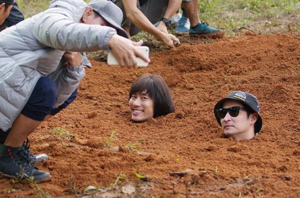 Lý Hải mạo hiểm chôn sống Kiều Minh Tuấn và Huy Khánh trong phim Lật Mặt 3
