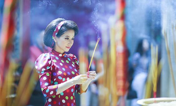 Á hậu, ca sỹ Trang Thảo duyên dáng áo dài xưa đi lễ chùa rằm tháng Giêng