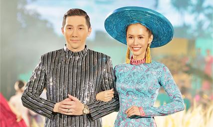 Siêu mẫu Nam Phong cùng Hoa hậu Phan Thu Quyên diễn vedette cho NTK Việt Hùng tại Lễ hội Áo dài 2018