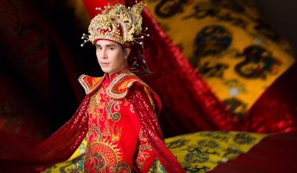 """Hoàng Phi Kha lộng lẫy khoe """"Long Bào"""" trong BST """"Hồn Việt"""" của NTK Tuấn Hải"""