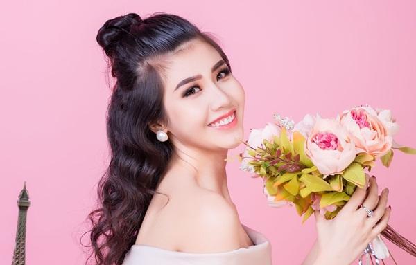 Người đẹp Phương Đài khoe dáng gợi cảm trong không gian ngập sắc hoa