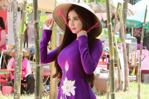 Hoa hậu Hồng Tươi tham gia lễ hội Festival Huế 2018 với áo dài tím