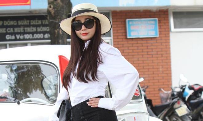 Hoa hậu Hồng Tươi xinh đẹp rạng ngời giữa thành phố Huế mộng mơ