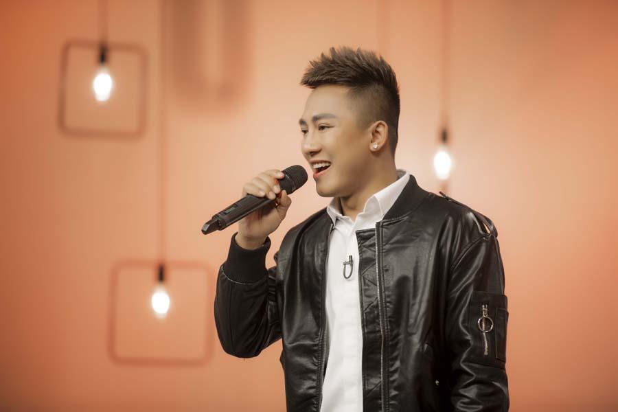 Châu Khải Phong tặng tiền, mời khán giả quay MV chung