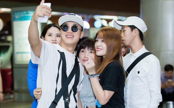 Châu Khải Phong không ngại ôm eo, khoác vai fans nữ ở sân bay