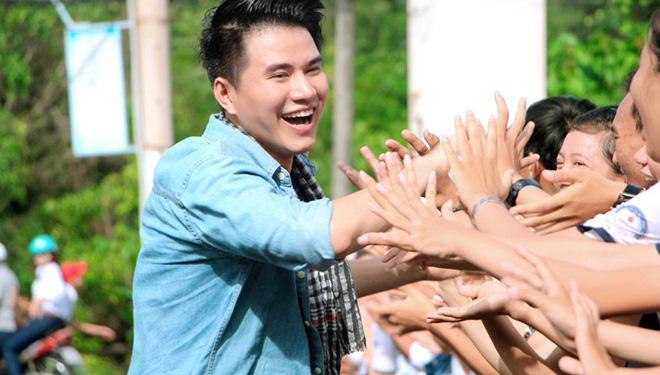 Vũ Mạnh Cường hạnh phúc trong vòng vây của học sinh vùng quê