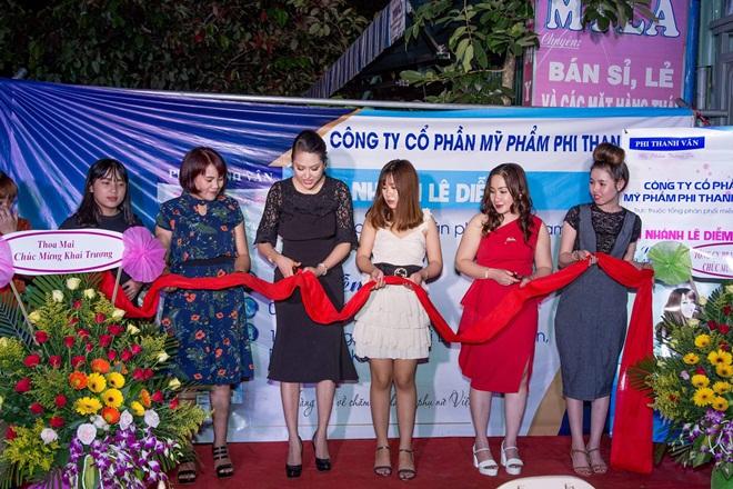 """""""Bà chủ"""" Phi Thanh Vân cắt băng khai trương chi nhánh phân phối mỹ phẩm tại Kon Tum"""