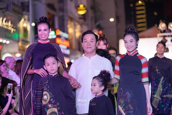 NTK Việt Hùng trình làng BST mới tại phố đi bộ