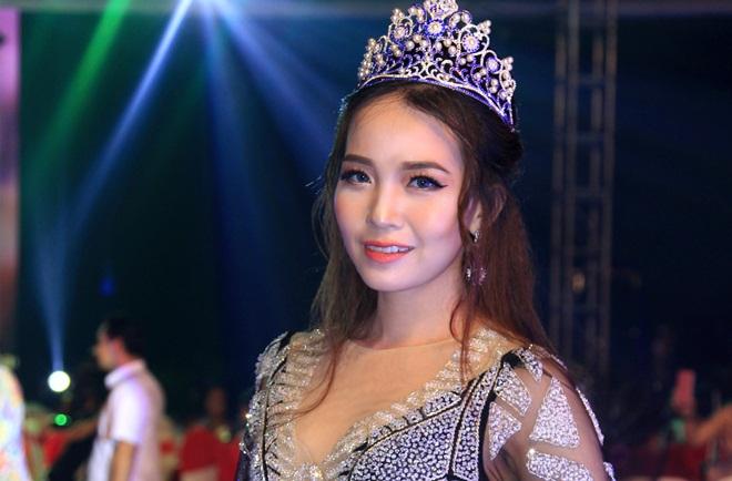 """Hoa hậu Hồng Vân """"độc chiếm"""" thảm đỏ sự kiện 20 cây kéo vàng - Tuấn Hà Lan"""