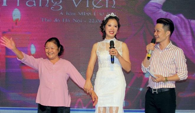Á hậu Trang Viên cảm ơn mẹ khi mặc áo bà ba lên sân khấu trong tiệc thank party