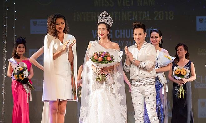 Ca sĩ Nguyên Vũ cùng Hoa hậu Pháp 2014 – Floria Coquerel trao vương miện cho tân Hoa hậu Liên lục địa