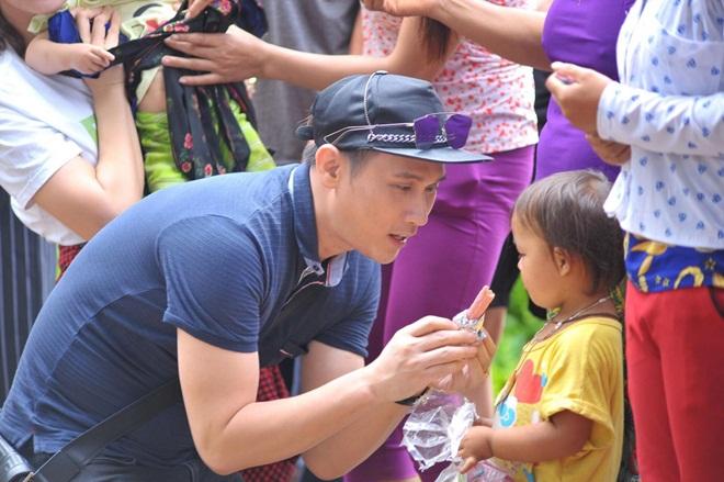 Ca sĩ Nguyễn Vũ cùng Hoa hậu Vũ Thị Loan mang yêu thương đến với đồng bào Hà Giang