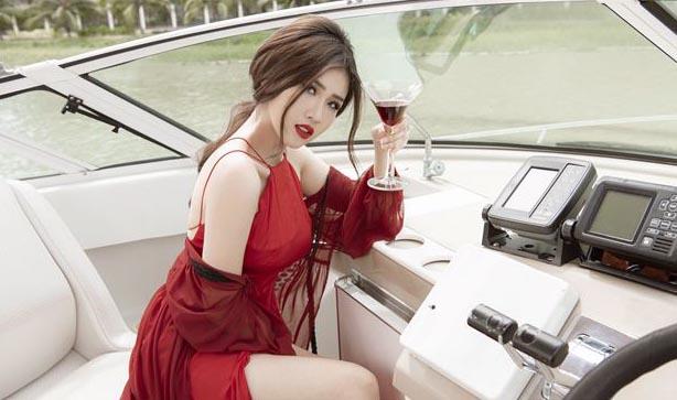 Mỹ nhân Phương Đài thả dáng gợi cảm trên du thuyền triệu đô