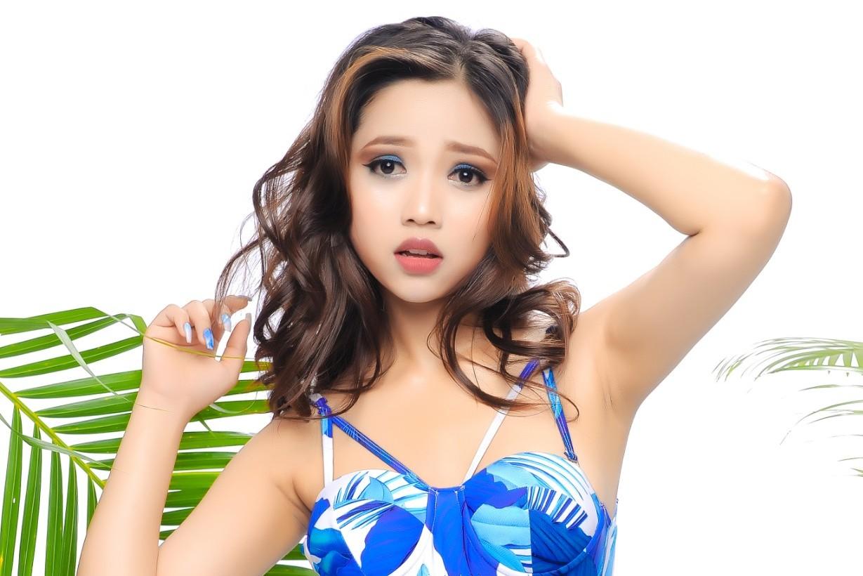Người đẹp Nhi Phạm khoe đường cong hút mắt với Bikini sắc màu