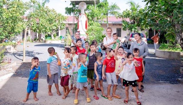 Hoa hậu Hoàng Hải My miệt mài với hành trình từ thiện tại quê nhà