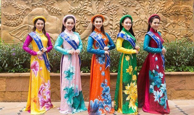 Thí sinh Hoa hậu Đại sứ Hoàn vũ 2018 diện áo dài Việt Nam trên đường phố Pattaya