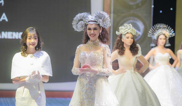 Thư Dung diện váy cưới lộng lẫy khoe sắc xinh đẹp làm vedette kết show