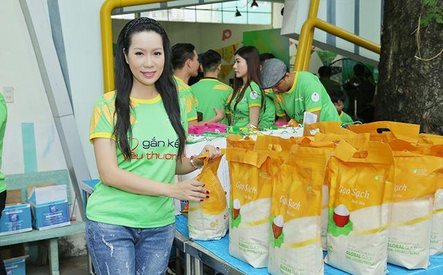 NSƯT Trịnh Kim Chi cùng Gạo Hoa Lúa làm từ thiện tại Gò Vấp