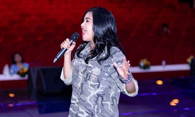 Thanh Lam diện áo rằn ri, quần shorts ngắn trẻ trung tập luyện cho show của Vũ Ngọc & Son