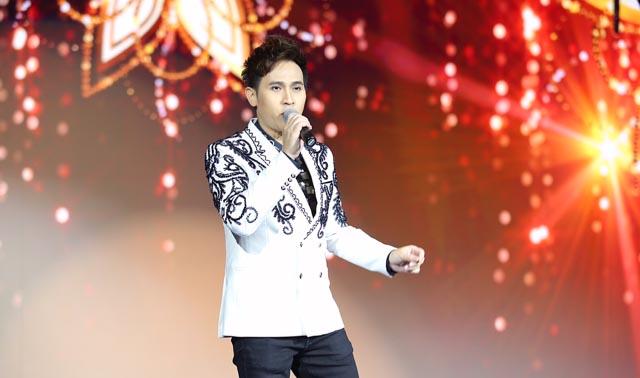 Ca sĩ Nguyên Vũ bị fan vây kín sau buổi diễn tại Singrapore