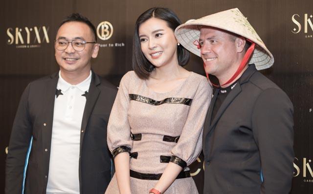 Chào mừng Michael Owen đến Việt Nam, Cao Thái Hà mang nón lá làm quà tặng