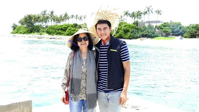 Vũ Mạnh Cường, nghệ sĩ Trà Giang thăm bà con đảo Lý Sơn