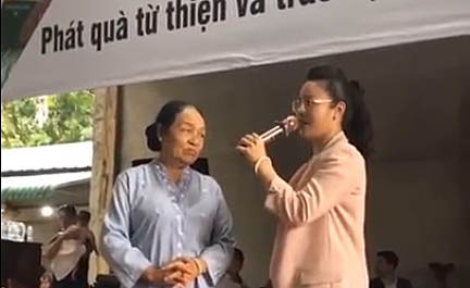 Nhật Kim Anh rơi nước mắt khi làm từ thiện dịp sinh nhật