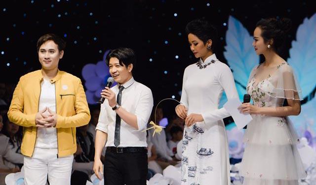 Nguyên Vũ cùng HHHV H'hen Niê đã kêu gọi bán đấu giá chiếc áo dài của NTK Thuận Việt được 105 triệu