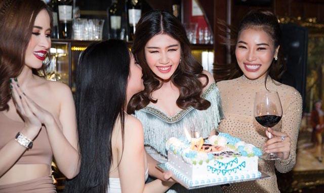 Phương Đài hội ngộ Bà Tưng cùng dàn chân dài trong tiệc sinh nhật
