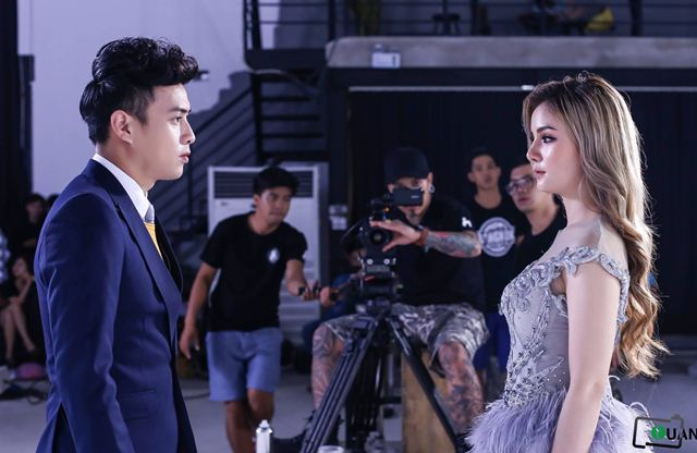 """Lộ ảnh Hồ Quang Hiếu """"hôn môi"""" gái lạ được cho là diễn viên Trâm Anh"""