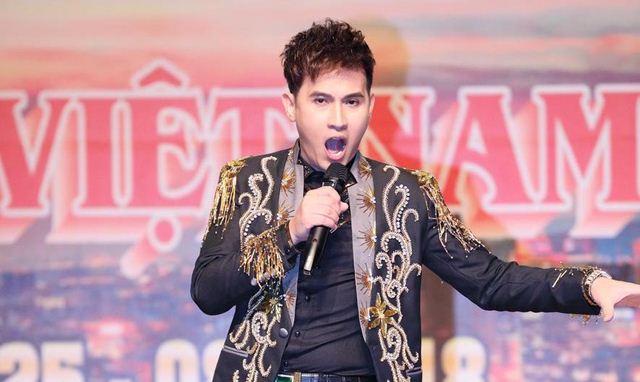 Ca sĩ Nguyên Vũ vừa ngồi ghế nóng vừa hát cực xung trong đêm chung kết cuộc thi Hoa Hậu tại Đài Loan