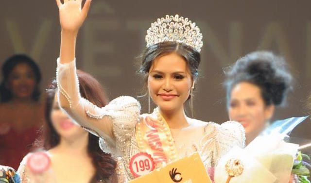 Dy Khả Hân nhận vương miện Hoa hậu Việt Nam Thế giới 2018