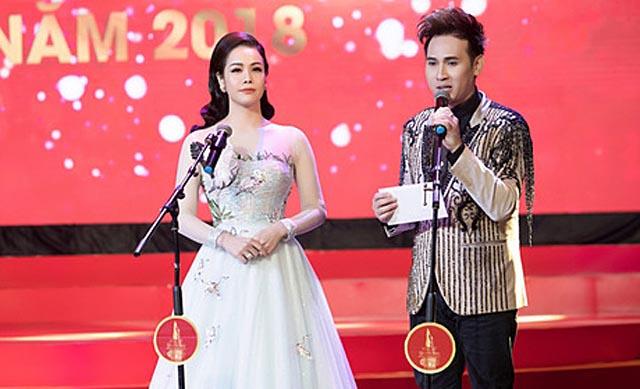 """Ca sĩ Nguyên Vũ cùng diễn viên Nhật Kim Anh trao giải trong Gala """"Phụ Nữ Quyền Năng"""""""