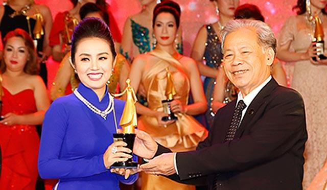 """Hoa hậu Amy Lê Anh thướt tha áo dài nhận """"cú đúp"""" giải thưởng """"Phụ nữ Quyền năng"""""""