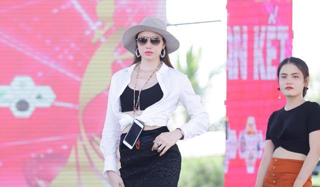 """Thí sinh """"Nữ hoàng người mẫu doanh nhân Đất Việt"""" miệt mài luyện tập trước thềm bán kết"""