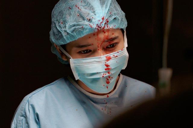 """Tiết lộ cảnh phẫu thuật trong """"Hậu Duệ Mặt Trời"""", Cao Thái Hà lần đầu vào vai bác sĩ"""