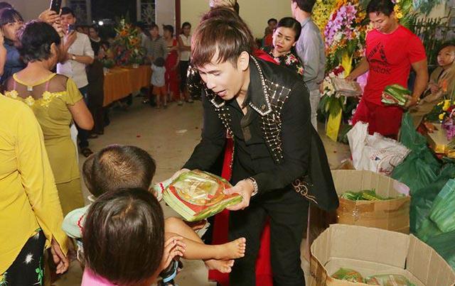 Ca sĩ Nguyên Vũ trao 9000 phần quà Trung thu cho trẻ em tại Tu Viện Kim Cang