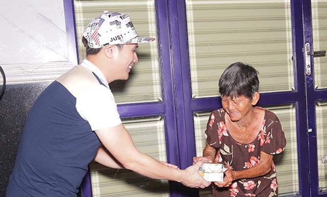 Nguyên Vũ trao quà từ thiện giữa khuya cho người vô gia cư