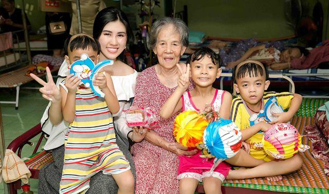 """""""Chị Hằng"""" Emily Hồng Nhung tới chùa Từ Hạnh thăm và đón Tết Trung thu cùng trẻ mồ côi"""