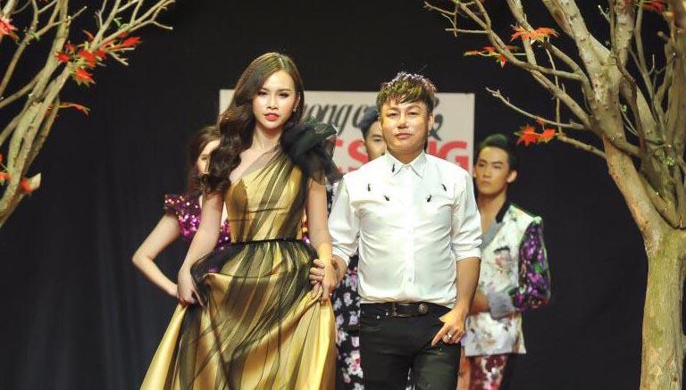 Thanh Trang làm vedette trình diễn BST dạ hội mới của NTK Tommy Nguyễn trên sàn catwalk đầy lá