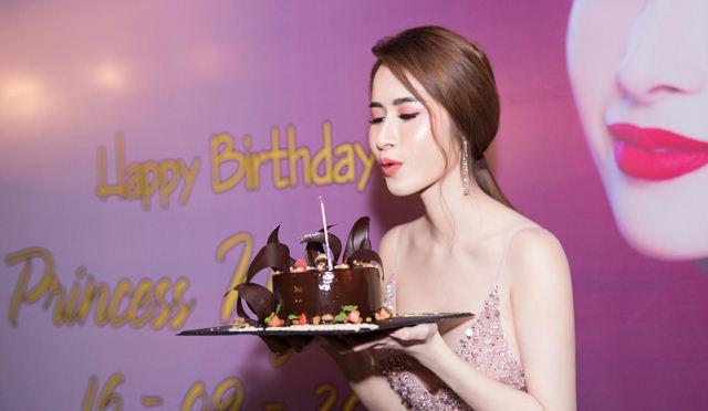 Princess Ngọc Hân thay trang phục liên tục ở sinh nhật của mình