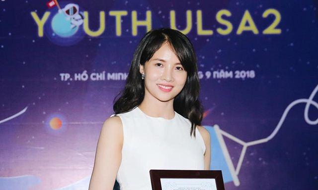 Lucy Như Thảo trao học bổng cho sinh viên nghèo, xúc động vì chuyện mẹ ngóng con về